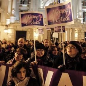 Marea de mujeres en Valencia contra los recortes «patriarcales»