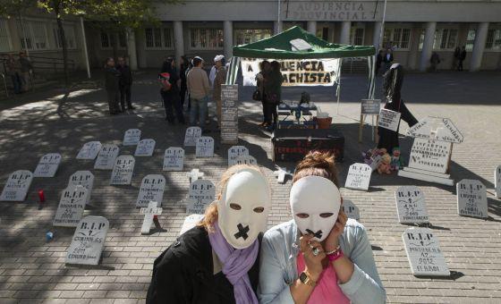 Protesta de la asociación, ayer ante la Audiencia de A Coruña - XURXO LOBATO